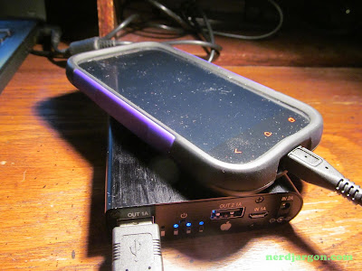 Ruinovo USB Power Pack (4 x 18650 Lithium-ion Batteries): Charging An HTC One