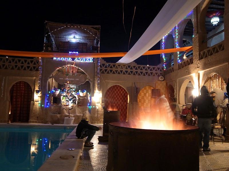 砂漠ホテルでの年越しパーティーたき火