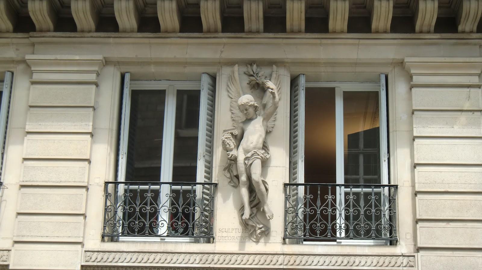 Promenade d 39 une fleur urbaine l 39 ange gardien sa fen tre for Fenetre urbaine