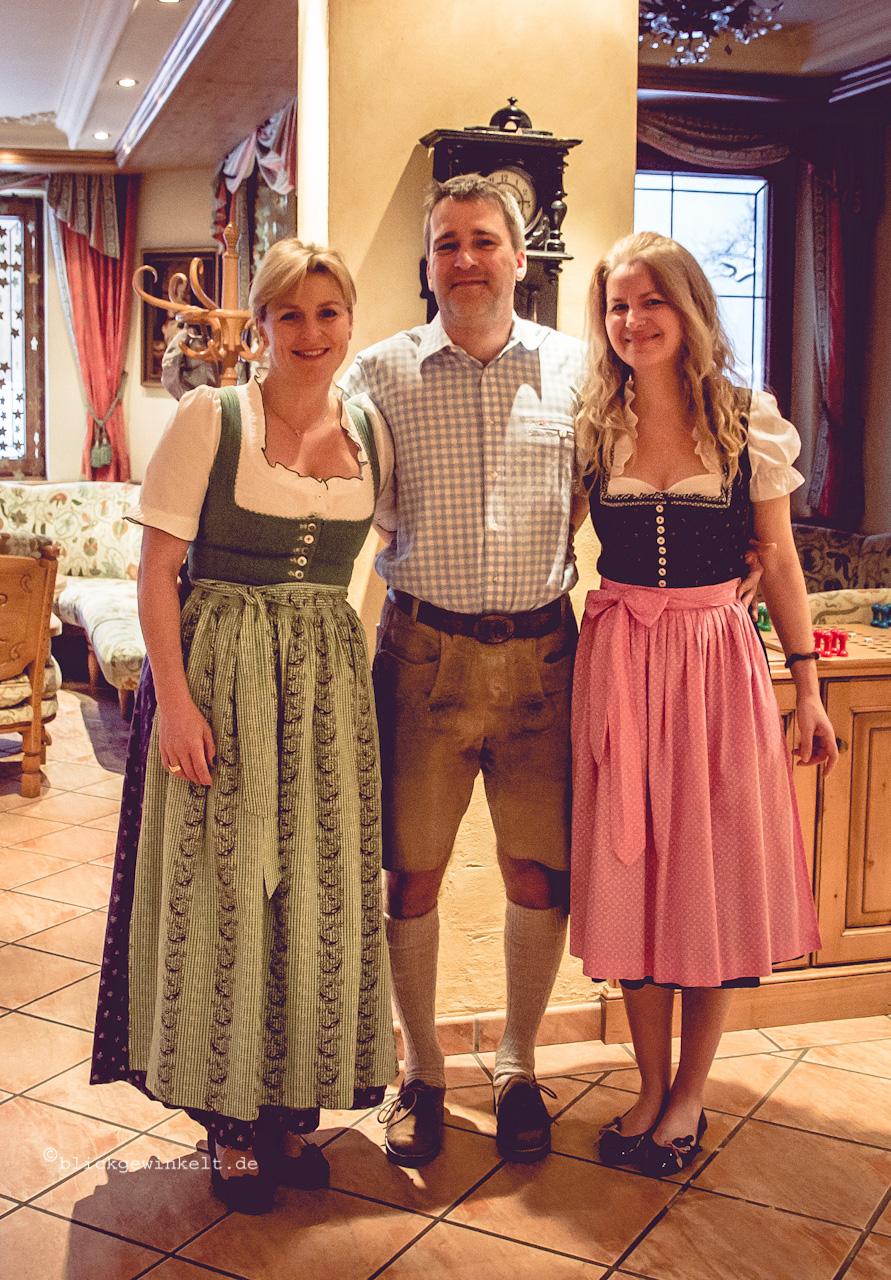 Tiroler Dirndl und Lederhosen