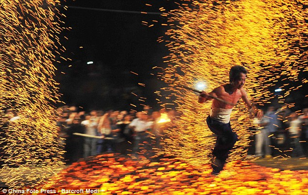 Caminando Sobre Fuego Chinos Andando Sobre el Fuego