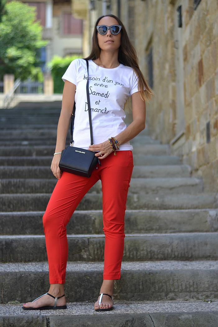 pantaloni rossi maglietta bianca