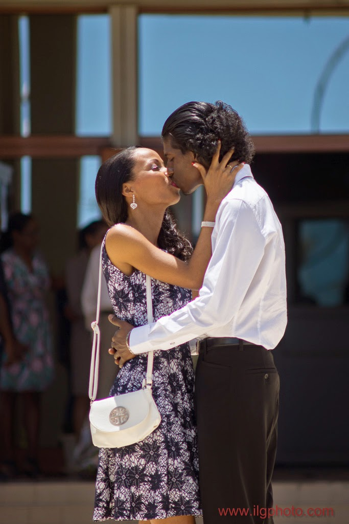 les mariés s'embrassent devant la mairie