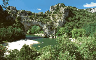 Puente natural sobre rio en Francia