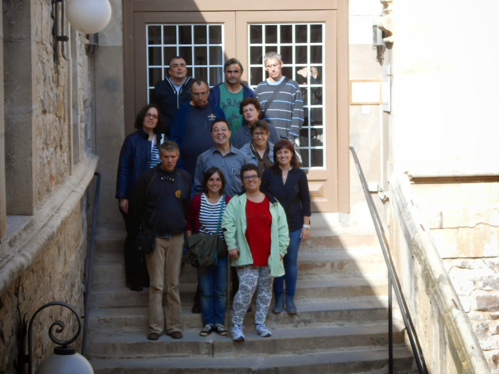 Foto del final de la visita, feta a les escales de la residència juntament amb la directora del centre.