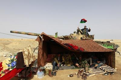 Бунтовници срещу режима на либийският лидер Муамар Кадафи пушат хашиш на пътя между Адждабия и Брега.