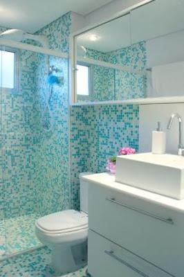 banheiro azul com pastilhas de vidro