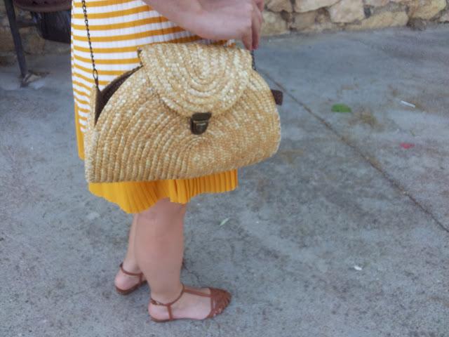Outfit del verano, vestido marinero, bolso de rafia y sandalias
