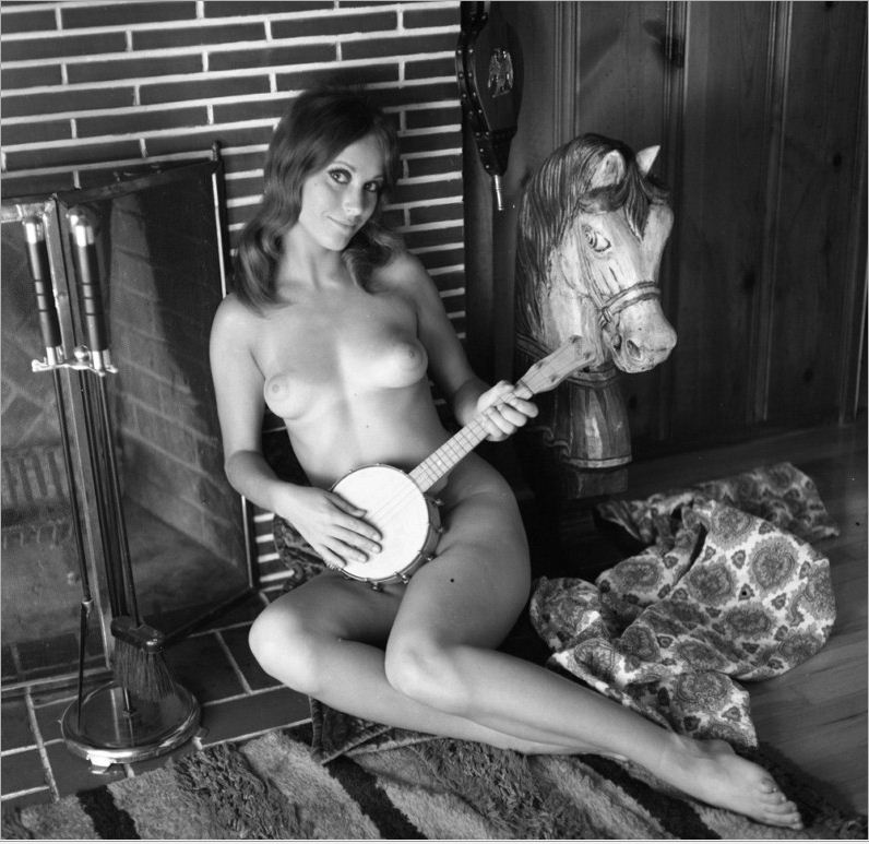 nude banjo player