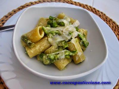 mezzemaniche con crescenza piselli ed asparagi
