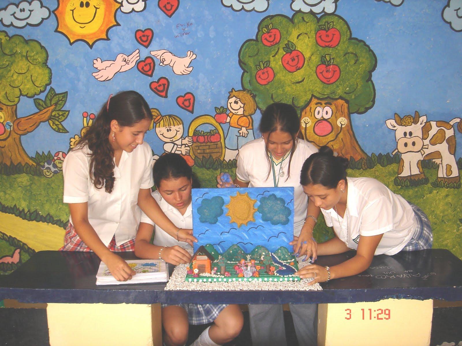 estudiantes del grado decimo interactuando en el dibujo del paisaje