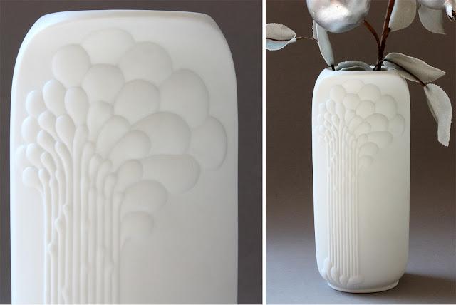 elegante porzellanvase mattes unglasiertes porzellan porcelain vase biskuitporzellan mit relief ornamenten baum ähnlich floral