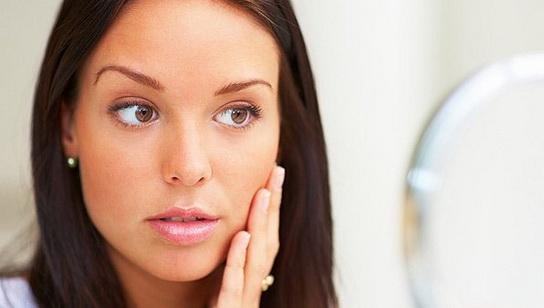 Кожна людина хоча б раз у своєму житті стикалася з проблемою набряклості обличчя, особливо вранці.