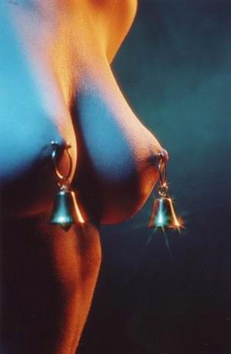 photo de piercing en forme de clochette sur les tétons