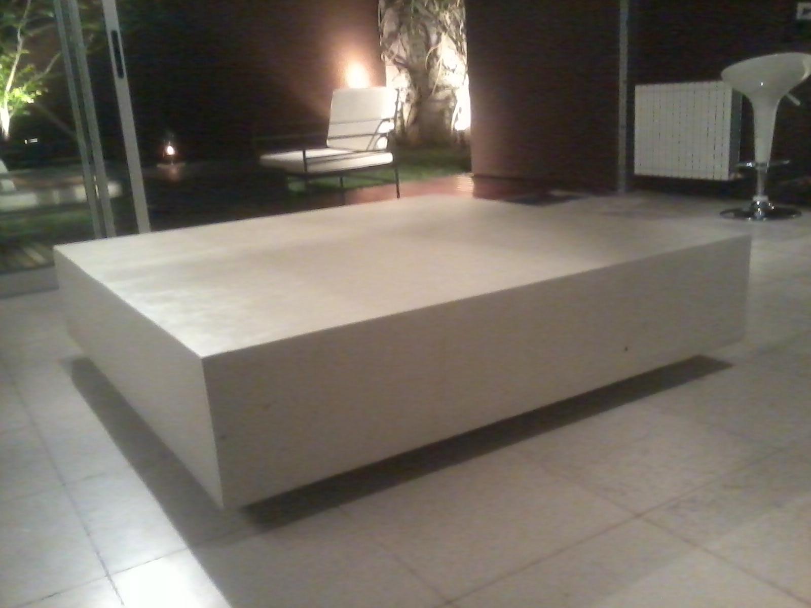 Esta mesa ratona de cemento es liviana bien minimalista y for Mesa comedor hormigon