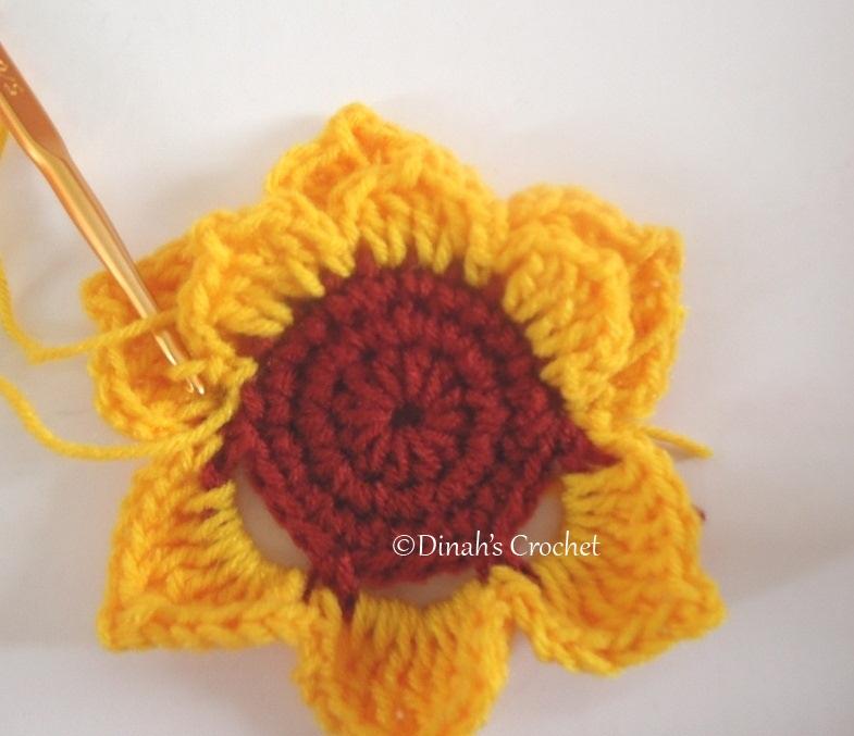 Dinah crochet sunflower size besar kait 2 ch 2 dc di st ke 2 bahagian tajam 2 dc di st ke 3 2 ch dan 1 sc di st ke 4 petal seterusnya ulang seperti petal tadipeat ccuart Gallery
