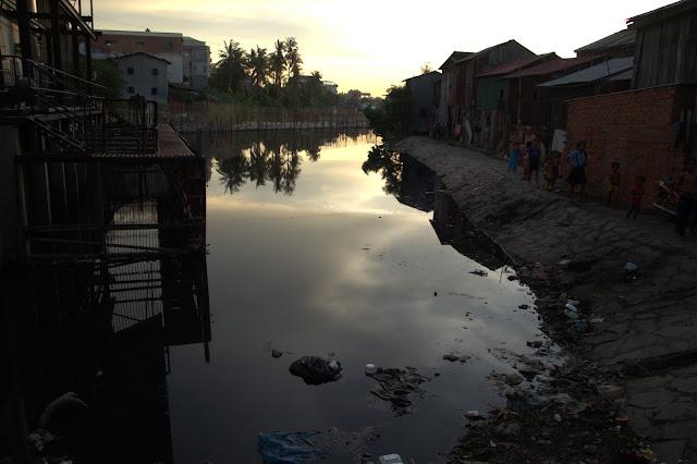 Photos du jour avec deux habitantes d'un quartier défavorisé de Phnom Penh. Cette partie de l'agglomération, particulièrement affectée par des problèmes de gestion des ordures ménagères et des habitations précaires, bénéficie du soutien de la Fondation Ermine Norodom à travers le programme Shanty Town Spirit.