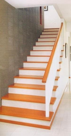 foto desain tangga rumah minimalis dengan pijakan kayu