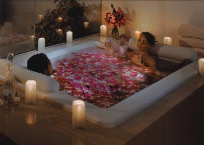 Camere Da Letto Romantiche Con Petali Di Rosa : Petali di rosa vasca da bagno ragazza che si siede in vasca da