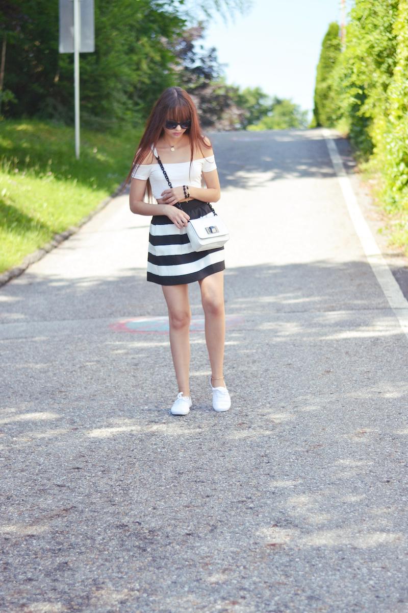 gestreifter_Rock_Skaterrock_weißes_Crop_Top_bauchfrei_Mango_Sommer_Outfit_kombinieren_österreichische_Fashionblogger_ViktoriaSarina