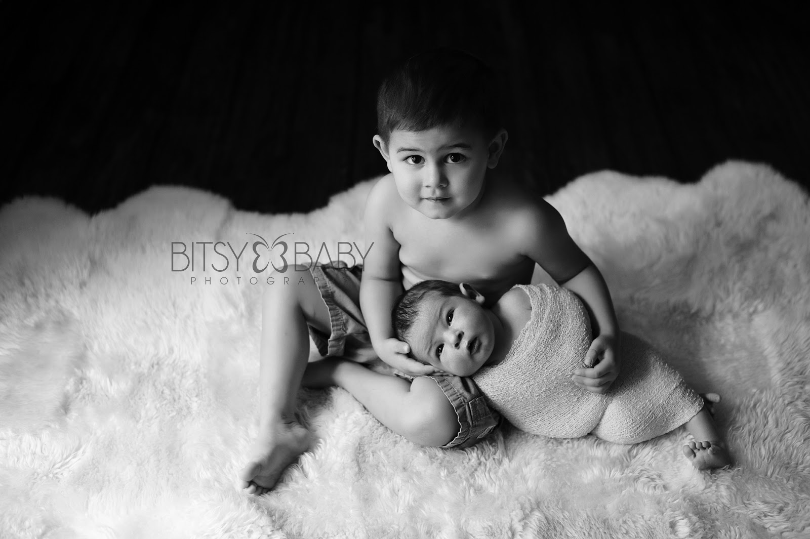 Newborn Pictures with Siblings http://blog.bitsybaby.com/2013/01/baby-photographers-favorite-gift-idea.html