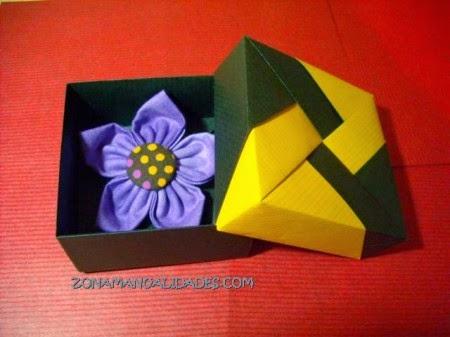 http://www.zonamanualidades.com/2010/01/02/cajita-de-origami-para-regalitos/