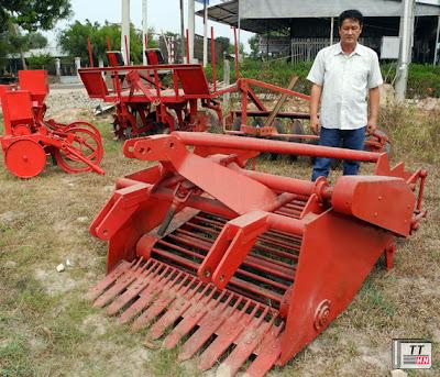 Ông Hải và chiếc máy đào củ mì do mình sáng chế - Ảnh: N.Hậu