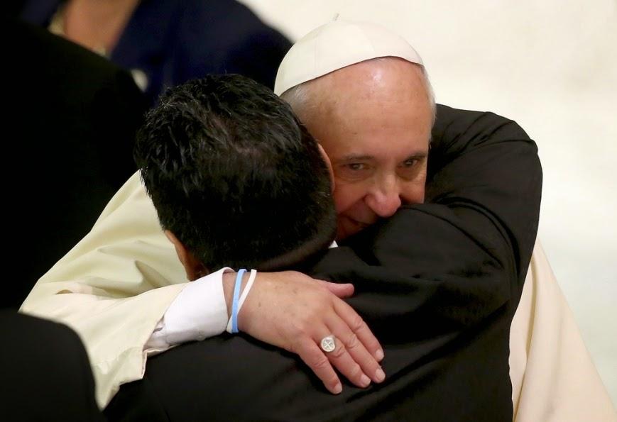 Lo difícil de ser Pontífice, tener que abrazar a Maradona