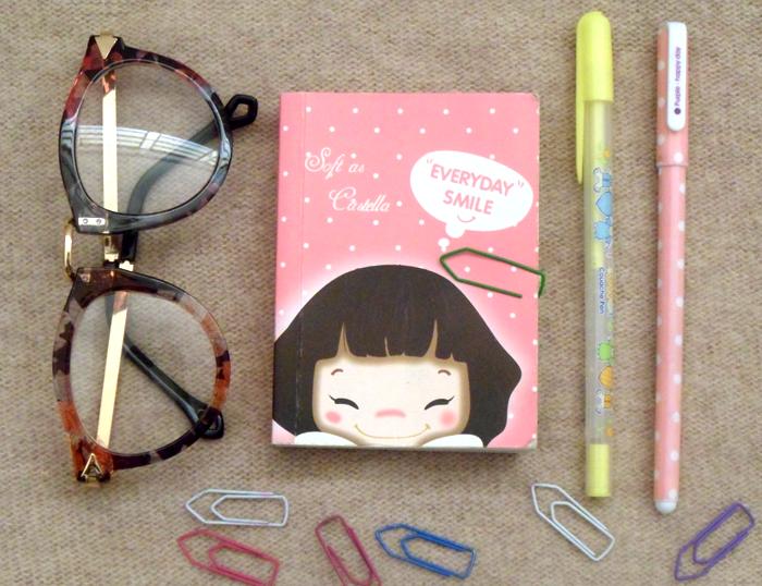 caneta, caderno, agenda, óculos, clipes, papelaria