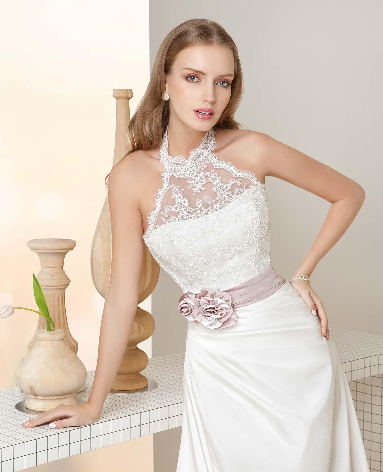 Suknia ślubna ozdobiona różowymi kwiatami