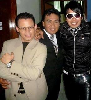 Raúl Ruiz imitando a Marc Anthony junto a los imitadores de Juan Gabriel y Beto Cuevas