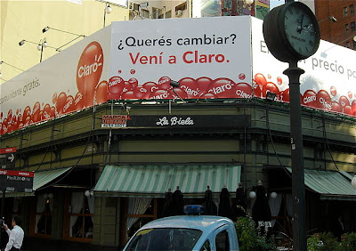 Voseo on a billboard in Buenos Aires: Note &#8220;ven&#8221; instead of &#8220;ven&#8221;