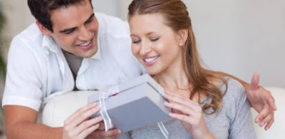 اكسب قلب زوجتك وعقلها في 8 خطوات ,رجل يقدم هدية لزوجته حبيبته امرأة ,man gave woman present gift