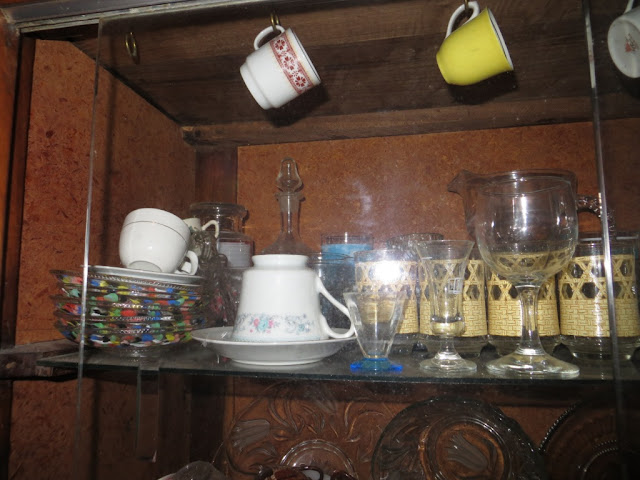 Louceira com xícaras de café, pires e copos Fotografia