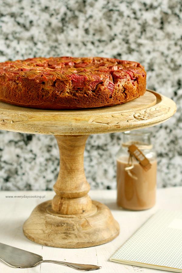 Odwrócone ciasto jaglane z rabarbarem