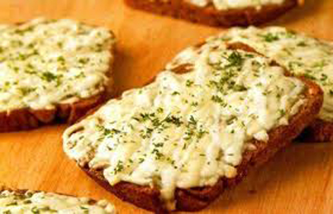 Бутерброд с маслом и брынзой