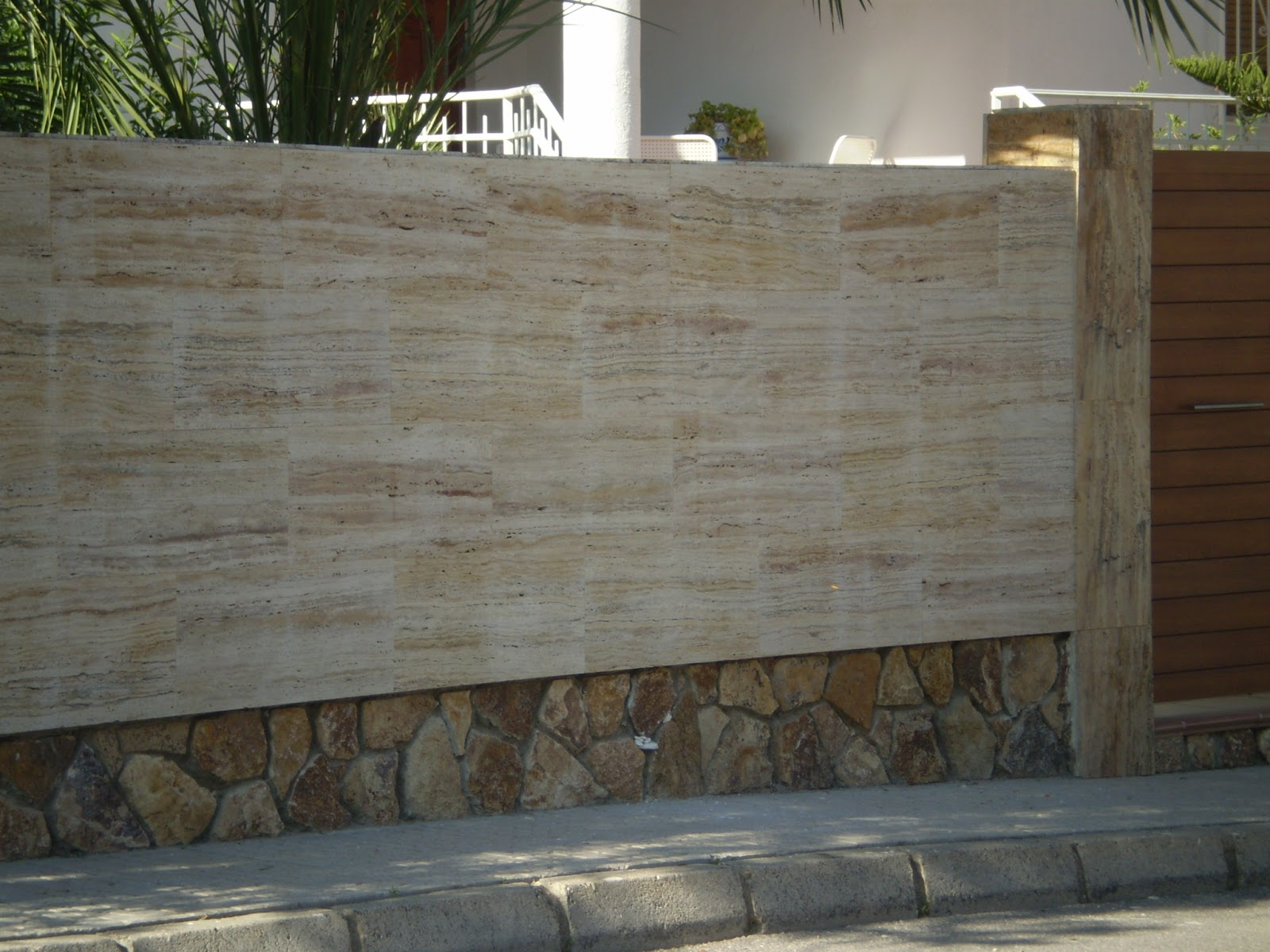 Piedra para todos opciones del travertino en fachada for Piedra rustica para fachadas