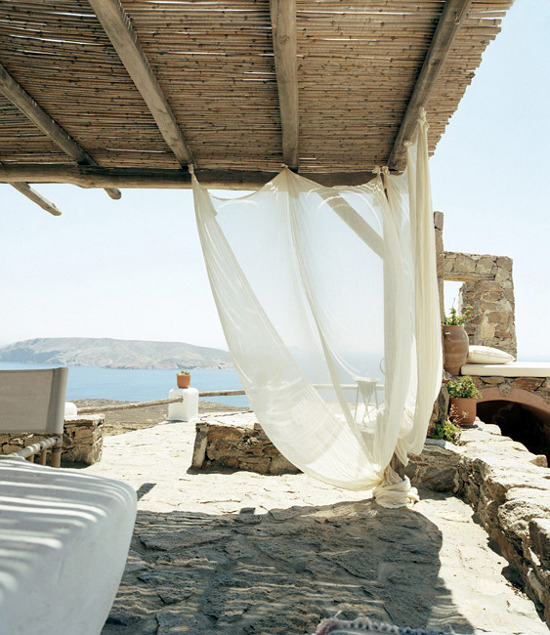 Breezy terrace and some mediterranean table setting ideas at www.myparadissi.com