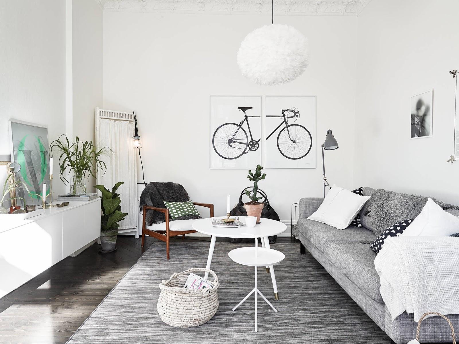 Appartamento romantico con pareti bianche e pavimento scuro a ...