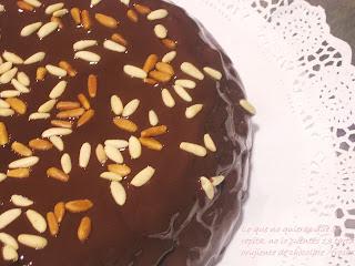 Tarta crujiente de chocolate rellena de fresones