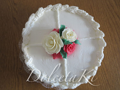 torta ricoperta di panna con rose