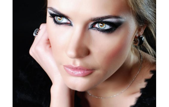 New Style lady: Special makeup to enlarge small eyes