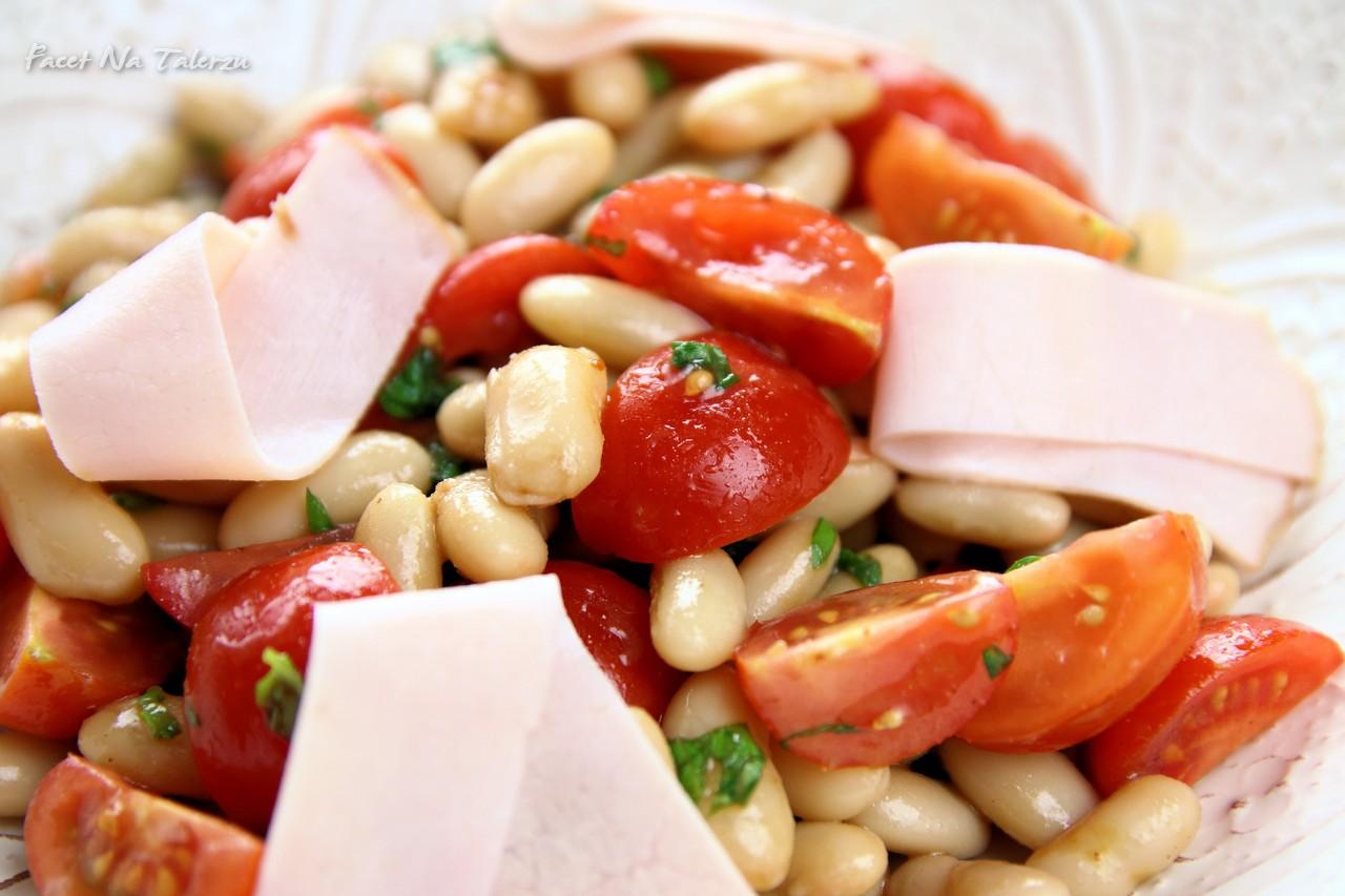 Sałatka z białej fasoli, pomidorów i szynki