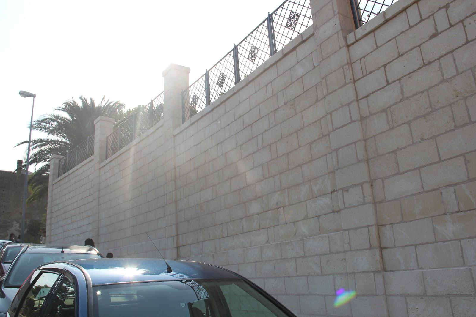 http://4.bp.blogspot.com/-s2H7y4HC5vw/TmpqRqNcj0I/AAAAAAAAJuA/weXyM6qxYAc/s1600/12+Il+muro+di+cinta+di+Palazzo+Margherita+Bernalda+27-08-11.JPG