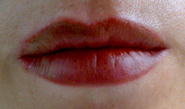 А губы те что ласкали