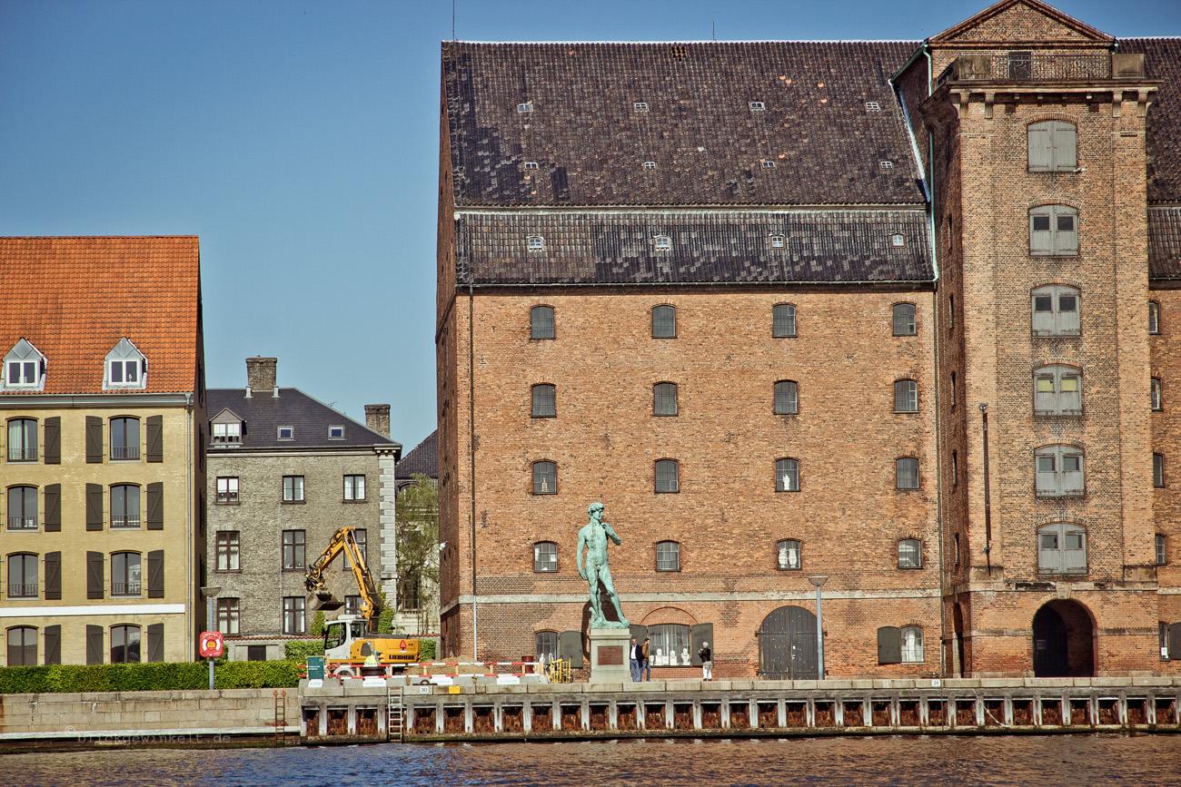 Alte Speichergebäude am Hafen mit Michelangelo-Statue