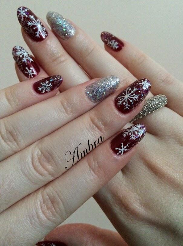 Dato che oggi da me nevica copiosamente, ho pensato di proporvi questa nail  art bordeaux e argento con fiocchi di neve.