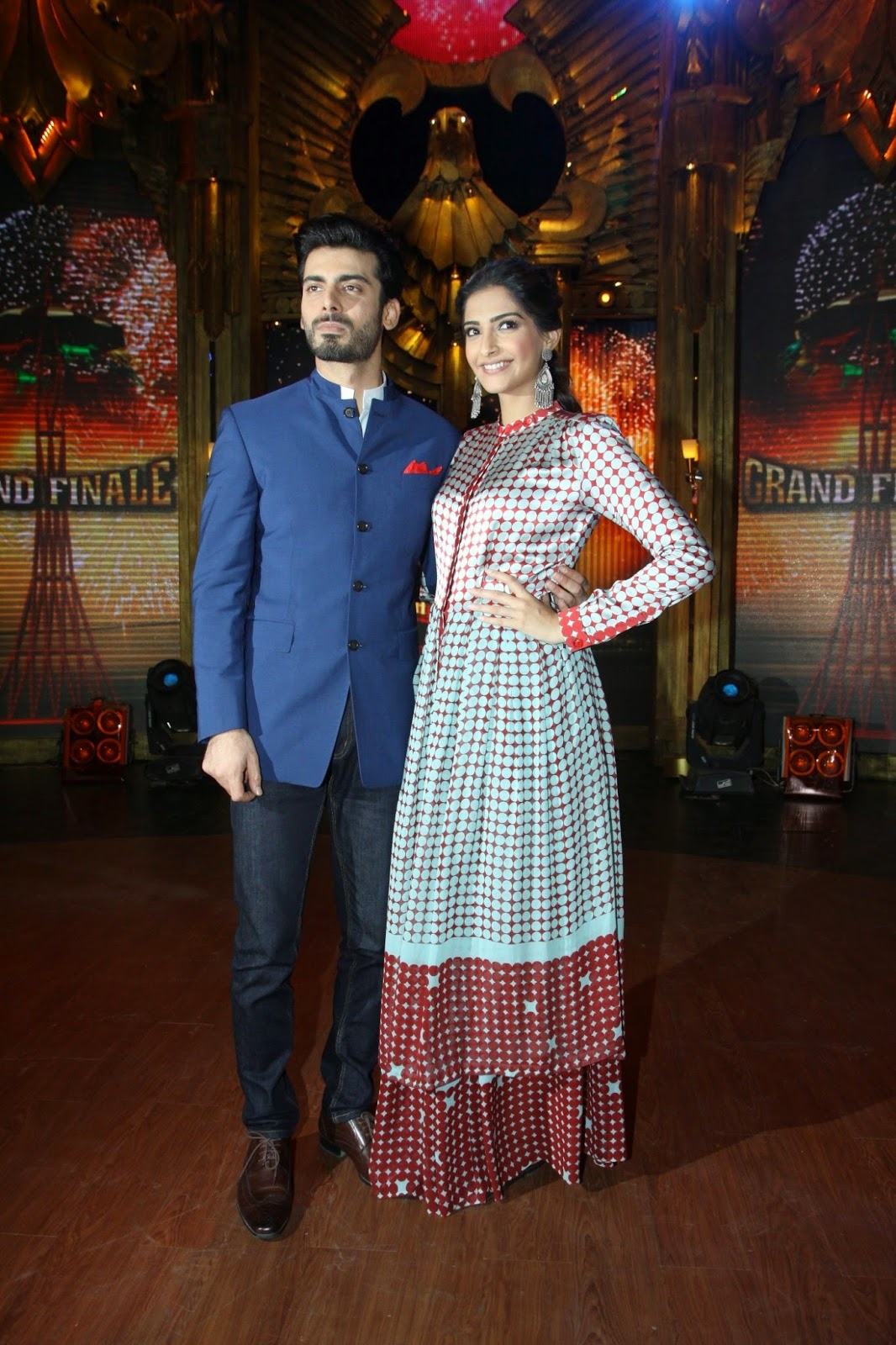 http://4.bp.blogspot.com/-s2w80l_lzCg/U9ZfFvLUwGI/AAAAAAABv_0/VgY0oVMsZGk/s1600/+Sonam+&+Fawad+Khan+at+Promotion+of+%27Khoobsurat%27+on+Entertainment+Ke+Liye+Kuch+Bhi+Karega+(5).JPG
