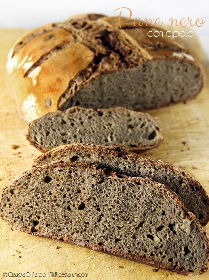 Pane nero con cipolle