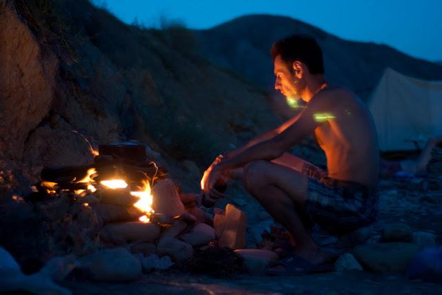 Печь из камней, защищающая огонь от ветра